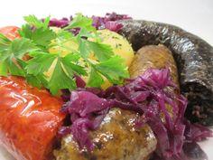 A disznótorosnak is nevezett étel főtt krumplival, párolt lilakáposztával, egyik kedvencünk. Meatloaf, Beef, Food, Meat, Meat Loaf, Hoods, Meals, Ox, Ground Beef