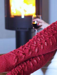 VIININPUNAISET PITKÄT PITSISUKAT · Kristallikimara Mittens, Knit Crochet, Slippers, Socks, Knitting, Sewing, Crafts, Diy, Tutorials