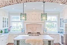 This Saint Simons Island, Georgia home by Dove Studio–kitchen and bath design and installation specialists out of Atlanta, is an absolute dream!! The soothing color palette echos the shades of the sea
