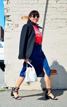 Street style look blusa vermelha, saia jeans e salto blocado.