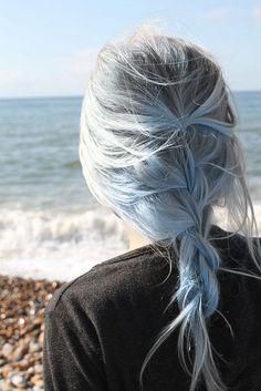 je suis fiere de mes cheveux gris et qu il est temps pour les femmes de s afirme la couleurs gris n est pas une maladie n y de non intelligence alors porter votre gris fierement on est toujours belles