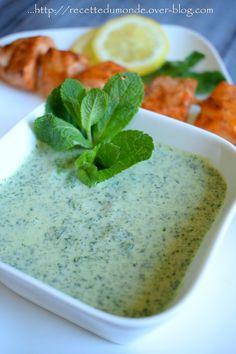 Hello! Avez vous déjà goûté cette sauce à la menthe proposée en entrée dans les restaurants Indien - Pakistanais ? Cette fameuse sauce que vous saucez jusqu'à la dernière goûte avec votre cheese naan ?! J'ai envie dégotée la VRAIE recette, et surprise...