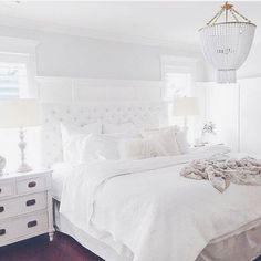 Wat dacht je ervan je huidige slaapkamer om te toveren in een zuivere, witte slaapkamer? Een witte slaapkamer lijkt voor sommigen nogal gewaagd. Tenslotte is wi