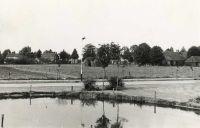 Julianapark: gezien in de richtig van het Speelheuvelplein met boerderijen, protestandse kerk, pastorie en oude postkantoor.