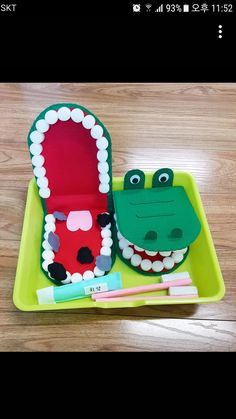 Tooth Sensory Play Easy DIY Toothbrushing Sensory Play activity and how to make DIY model teeth to teach kids proper brushing with! Dental Play Idea for kids Health Activities, Kids Learning Activities, Preschool Activities, Counting Activities, Kids Crafts, Preschool Crafts, Pinterest Crafts For Kids, Dental Health, Kids Education