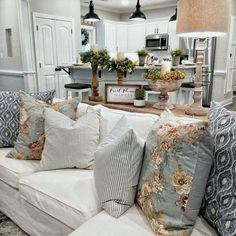 Are you looking for inspiration for farmhouse living room? Check this out for amazing farmhouse living room inspiration. This cool farmhouse living room ideas appears to be brilliant. Home Living Room, Living Room Designs, Cottage Living Room Decor, Living Room Decor Pillows, Country Farmhouse Decor, Modern Farmhouse, French Country Living Room, Farmhouse Ideas, Country Stil