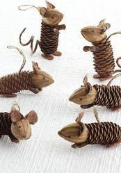 Pinecone mice, a wonderful craft with nature objects. Maybe to decorate the Christmas tree! Pinecone mice, a wonderful craft with nature objects. Maybe to decorate the Christmas tree! Natural Christmas Tree, Christmas Pine Cones, Christmas Tree Ornaments, Christmas Trees, Christmas Christmas, Christmas Lights, Holiday, Christmas Tree Decorating Tips, Christmas Crafts For Kids