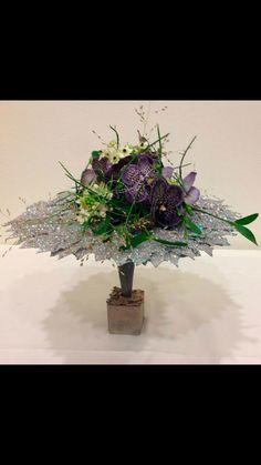 Bang & Thy │ Eksklusiv blomsterkunst i hjetet af Århus ⚶ Flower Ideas, Floral Designs, Ikebana, Wedding Bouquets, Advent, Bangs, Flower Arrangements, Easter, Christmas