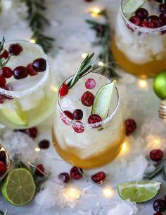 mistletoe margaritas I howsweeteats.com #christmas #margaritas #cocktails