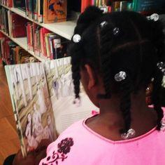 """#Petitsllibres """"A l'Alexandra li agrada molt llegir i jugar amb l'ordinador #petitsllobs #petitsllibres #biblio #lectura"""