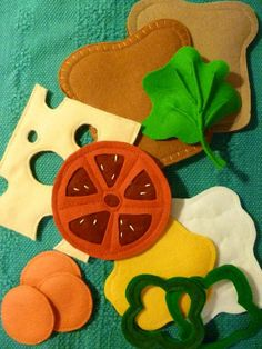 I like the Swiss cheese and bell pepper slices, and the method of making the lettuce leaf. This would be great in a busy book. Sewing Projects For Kids, Crafts For Kids, Diy Christmas Baskets, Felt Food Patterns, Felt Play Food, Pretend Food, Busy Book, Baby Kind, Felt Toys