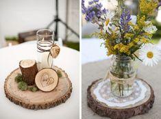 bouquet de fleurs des champs et bougie blanche sur des rondelles de bois