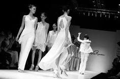 Roma Renom: blanco,  telas fluidas, superposiciones, fluidez