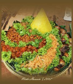 Tumpeng Thai Recipes, Asian Recipes, Cooking Recipes, Indonesian Recipes, Indonesian Food, Boodle Fight, Rasa Malaysia, Steamed Rice, Bento Box Lunch
