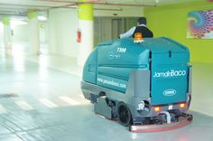 Fregadora Tennant 7300 ecH2O, limpieza sostenible en Parking.