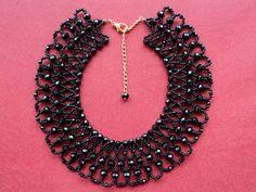 Maxi colar estilo boho chic em trabalho de entrelaçamento com 201 cristais schecos  e miçangas pretas. Lindo!!!