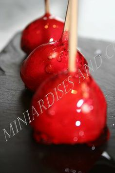 Minis pommes d'amour - Ptit Chef Mini Desserts, Fruit Recipes, Apple Recipes, Candy Apples, Princess Birthday, Christmas Bulbs, Cherry, Food And Drink, Sweets