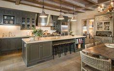 Cozinha ampla e com balcão central
