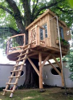 Awesome Tree House Ideas for Your Backyard. Playing in tree houses always fascinating. It is too much fun to build your own tree house when you are a child. Backyard Playground, Backyard For Kids, Backyard Ideas, Backyard House, Backyard Treehouse, Backyard Fort, House Deck, Bamboo Ladders, Building A Treehouse