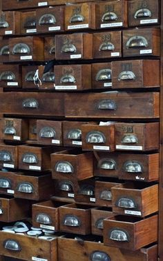 I die I will have a huge, amazing, vintage library catalog like this one.so dramatic! Industrial Chic, Vintage Industrial, Old Drawers, Vintage Drawers, Storage Drawers, Apothecary Cabinet, Vintage Library, Cubbies, Vintage Love