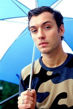 Ya me arrimo yo al paraguas si eso. Jude Law