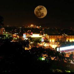 Spectacular Moon over San Pedro Sula, Honduras (by Hector Sosa)