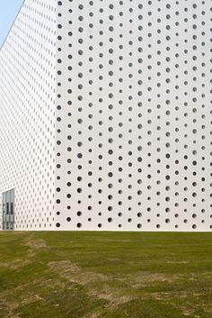 Una biblioteca cúbica y perforada en Kanazawa, Japón - Arquitectura - CYAN mag - Arquitectura, diseño y artes