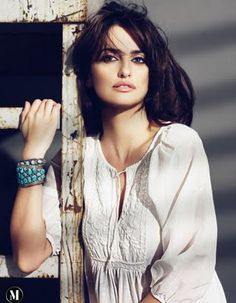 Use Penelope Cruz as your inspiration and team loose shirts with chunky accessories for a look that is effortlessly chic. Divas, Miguel Bose, Spanish Actress, Beauty And Fashion, Actrices Hollywood, Most Beautiful Women, Beautiful Latina, Simply Beautiful, Beautiful Actresses
