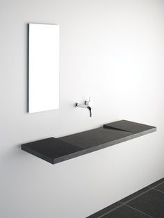 lavabo minimalista a basso profilo con rubinetto a parete