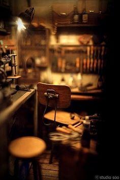 가죽을 다루는 공방을 제작하였습니다. 조명은 on/off가 가능하며 세개의 섹션으로 나누어집니다. (메인조명, 가장자리의 보조조명, 클램프 스탠드.) Leather Workroom.