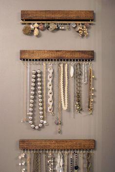 Uma pequena tábua e alguns pregos foram suficientes para criar um organizador de bijuteria.