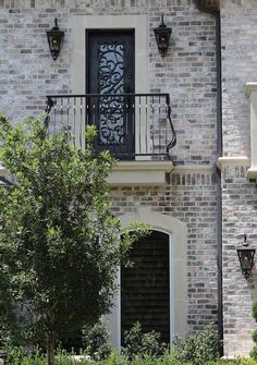 Like the brick & smear technique. Old Texas Brick, Charcoal Antique QS, white mortar light smear Exterior Paint Colors, Exterior House Colors, Exterior Design, Grey Brick Houses, Light Brick, Brick Colors, Facade House, Foyers, House Front