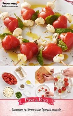 Corta jitomates cherry por la mitad en diagonal. Inserta en un palillo un cubito de queso mozzarella, una hoja de albahaca y las mitades de jitomate formando un corazón. Acomoda los corazones en un platón, baña con aceite de oliva, sal y pimienta.