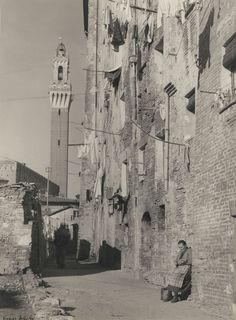 Vincenzo Balocchi - Vista di un vicolo di Salicotto prima del risanamento (1928-1933) - Archivio fotografico Malandrini - Fondazione MPS - http://www.fondazionemps.it/OpereWeb/Malandrini.aspx - #Siena #Toscana #SienaComEra #Salicotto