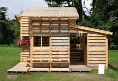 recycle pallets into a cubby house