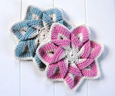 Raggedy Owl: crocheting flowers