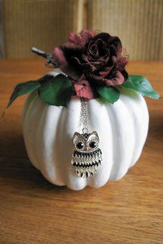 Pumpkin. Plastic pompoen grondverf, lak (wit, grijs), decoratie.
