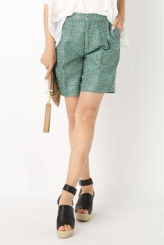 """chere MALHIA green Tweed ショートパンツ chere MALHIA green Tweed ショートパンツ 35640 2016SS IENA chere iena コレクション ヨーロッパの高級メーカーとの共同作成や海外の生地展で選んだ素材を使って一年以上かけてつくった商品などこだわりのつまったアイテム 海外の上質な素材にこだわったアイテムはどれも長く愛せる物ばかり じっくり話し合いを重ねて作り上げたこだわりのシリーズです MALHIA KENTならではの独創性あふれる素材デザインを楽しめる限定のコレクション 鮮やかなグリーンベースのツイードはアクティブな雰囲気に 裏地には肌さわりの良い薄手のキュプラ裏地で仕上げています 同生地のブラウスとセットアップで着ても MALHIA KENT 創業1986年の老舗メーカーでありながら常に新しい発想に着目するフランスの生地メーカー ココシャネルにも認められ\""""織物の詩人\""""として賞賛された過去を持つ由緒ある生地メーカーです 織物という概念を超越した異素材を多く提案しています シリーズのご案内…"""