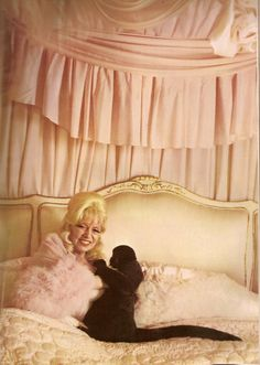 Mae West lounging in her bed with her monkey, Photo by Diane Arbus. Diane Arbus, Classic Hollywood, Old Hollywood, Hollywood Glamour, Magical Photography, Retro Photography, Top Fashion Magazines, Hollywood Heroines, Beautiful Old Woman
