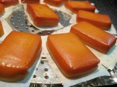 「フライパンでできる♪自家製スモークチーズ」フライパンと、100円ショップで手に入る蒸し器、スモークチップがあれば簡単にできます。酒の肴にどうぞ♪【楽天レシピ】