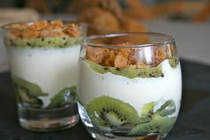 Verrines au kiwi, mascarpone et son crumble - Cuisine ZA Kiwi Dessert, Desserts In A Glass, Arabic Sweets, Food Hacks, Mousse, Sweet Recipes, Dessert Recipes, Food And Drink, Cupcakes