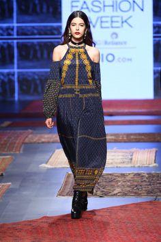 Label Ritu Kumar at Lakmé Fashion Week Summer/Resort 2017 Indian Designers, Fashion Designers, Lakme Fashion Week, India Fashion, Dress Clothes, Dress Outfits, Monday Outfit, Ritu Kumar, Resort 2017