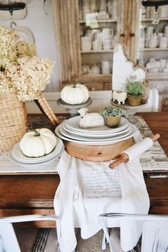This article is about fall table decorations. Liz Marie shares one of her favorite ingredients in fall decorations in all spaces of her home. Rustic Farmhouse Decor, Farmhouse Style Decorating, Fall Decorating, Industrial Farmhouse, Modern Farmhouse, Farm Table Decor, Table Decorations, Fall Home Decor, Autumn Home