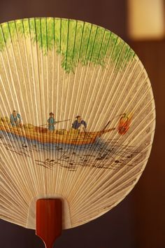 Japanese traditional water fan, Mizu-uchiwa 水うちわ - made by Japanese washi paper and dipping Mizu-uchiwa in a water for use to enjoy a splash while fanning. Japanese Gifts, Japanese Geisha, Japanese Beauty, Japanese Art, Japanese Water, Fashion Design Classes, Chinese Fans, Memoirs Of A Geisha, Happy Photos