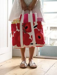 This is an EXCELLENT idea. Surely I can sew well enough to do this...? placemats --> tote bag (from Betz White's Sewing Green)