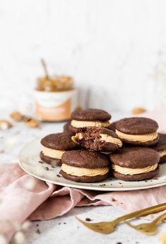Mandulakrémes whoopie pie - DESSZERT SZOBA Whoopie Pies, Cookies, Food, Crack Crackers, Biscuits, Essen, Meals, Cookie Recipes, Yemek