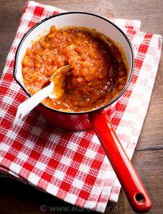 Tomatensoße machen. So: http://www.elaruether.de/projects/tomatensauce-kochen/
