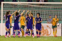 サッカーAFC女子アジアカップ(2014 AFC Women's Asian Cup)決勝、日本対オーストラリア。得点を喜ぶ日本の選手(2014年5月25日撮影)。(c)AFP/HOANG HUNG ▼26May2014AFP|なでしこジャパンがアジア杯初制覇、オーストラリア下す http://www.afpbb.com/articles/-/3015869 #2014_AFC_Womens_Asian_Cup #Japan_Australia_Final