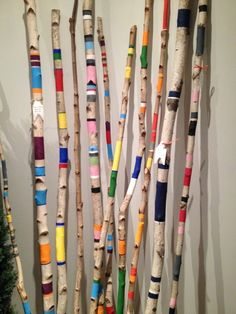3 decorative ideas in colored wood for the chalet - birch branches painted with stripes and colors - Painted Driftwood, Driftwood Crafts, Painted Wood, Yarn Bombing, Spirit Sticks, Birch Branches, Painted Branches, Deco Nature, Stick Art