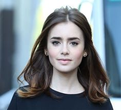 Lily Collins with natural makeup and a pretty half-up, half down do. Lily Collins Makeup, Lily Collins Hair, Weave Hairstyles, Wedding Hairstyles, Corte Y Color, How To Make Hair, Hair Dos, Mannequins, Natural Makeup
